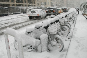 snow-falls-on-the-quai-du-port-street-in-marseilles-old-harbor-southern-france-wednesday-jan-7-2009-snow-and-freezing-temperatures-hit-southern-france-wednesday-ap-claude-paris